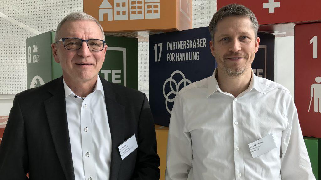Svend Müller, bestyrelsesformand i Svebølle-Viskinge Fjernvarmeselskab (tv) og Mikkel Westenholz, CEO i ENFOR.  Foto: Hanne Kokkegård